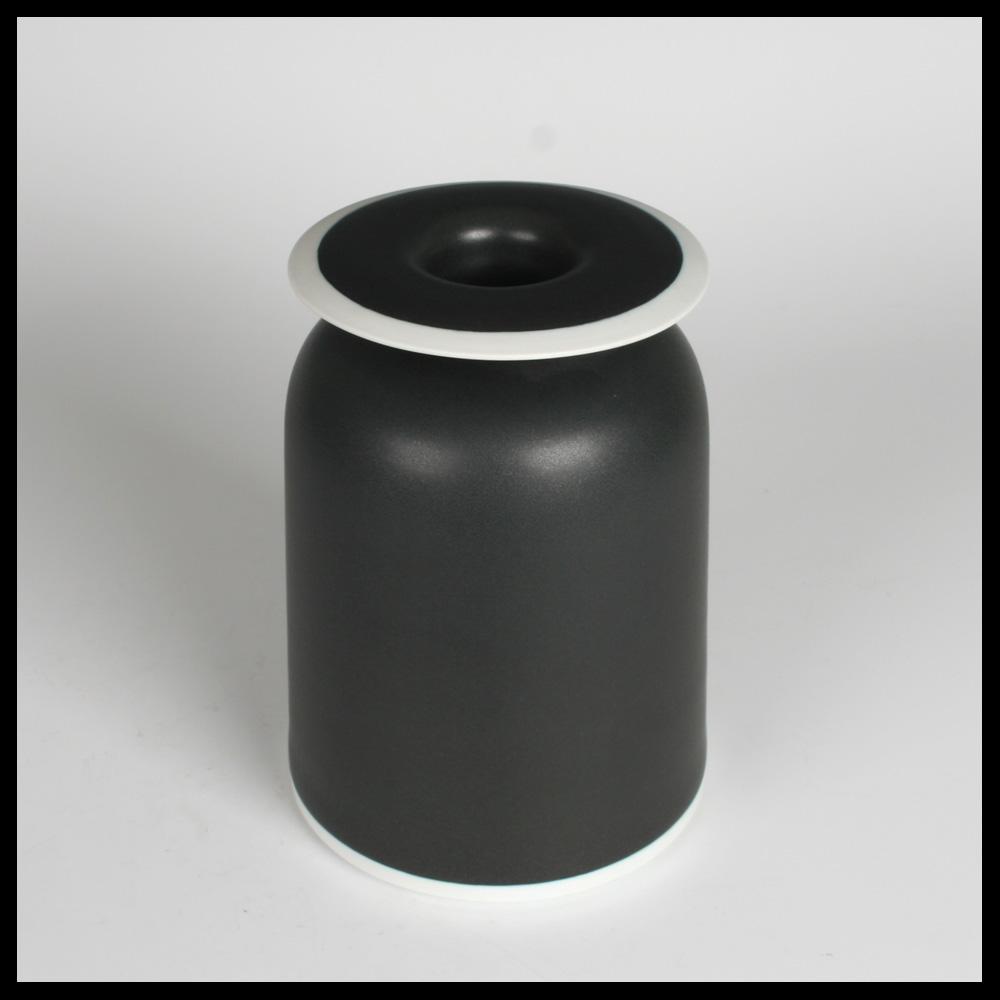 geert lap nl konische vase mit schwarze glasur capriolus contemporary ceramics keramik. Black Bedroom Furniture Sets. Home Design Ideas